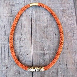 Collar tono naranja