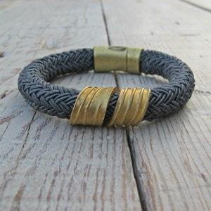 pulsera de cordón y latón