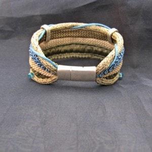 brazalete cordones caqui y azul