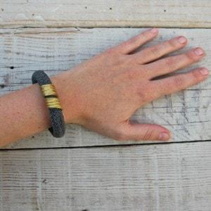 pulsera de cordón y pieza latón