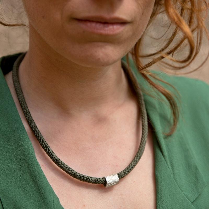 collar corto con pieza de plata